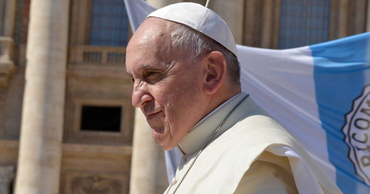 Anche il Papa si vaccina. Il suo medico muore di Covid