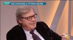 Vittorio Sgarbi, video shock: travolto dalle onde in Albania