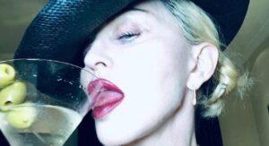 Madonna, riabilitazione hot: lo scatto in topless sui social