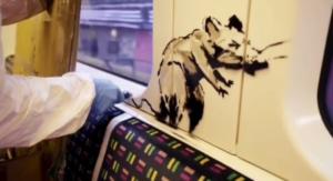 Banksy e i suoi topi nella metro a Londra: invito ad usare m