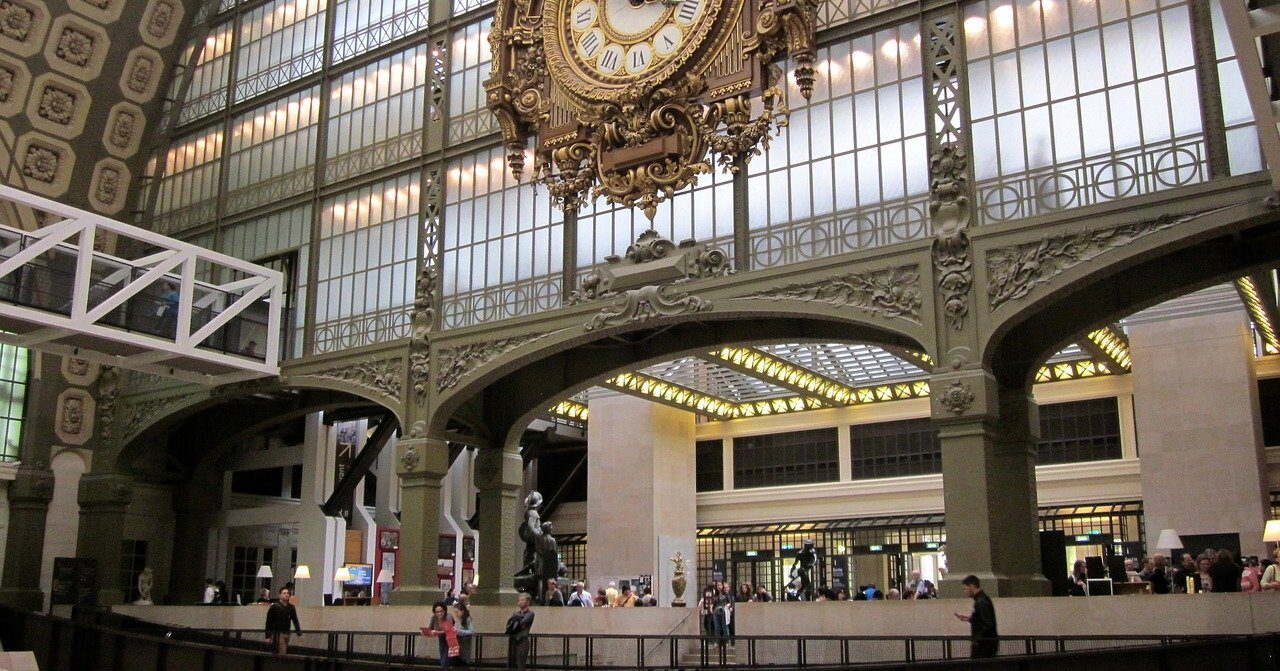 Troppo scollata: visitatrice non può entrare al Museo d'Orsay di Parigi