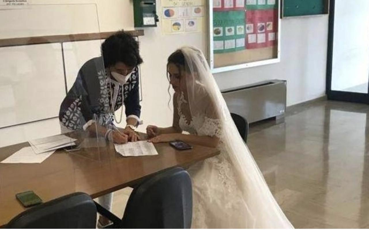 insegnante in abito da sposa